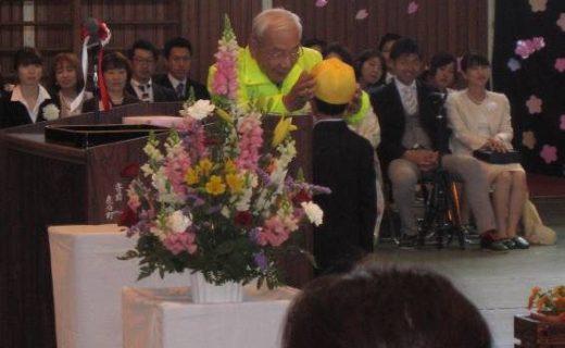新入学児童への黄色い帽子の贈呈